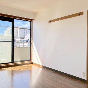 【洋室②】こちらの洋室にもフック付き。絵画や写真を飾ってもいいですね