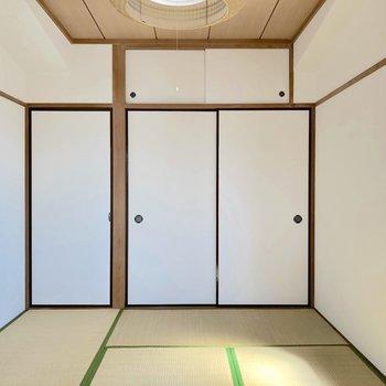 【和室】反対側から見ると、天井まで続く収納があります