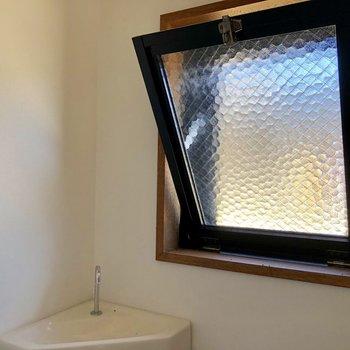小窓が付いています。換気も簡単にできますね