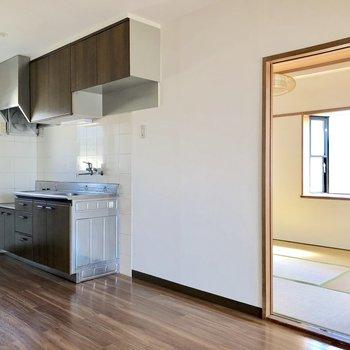 【DK】キッチンの横には大きな冷蔵庫でも置けるスペースが確保されています