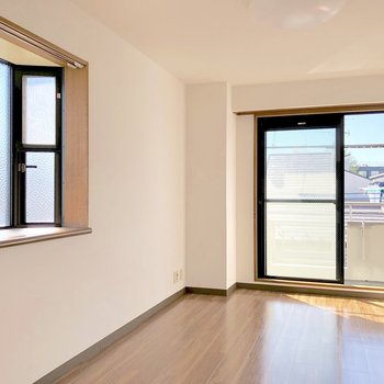 【洋室②】2面採光になっていて、出窓には小物や雑貨を飾れます