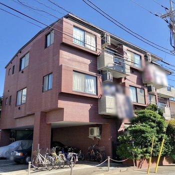 住宅街の中にある赤いマンションです