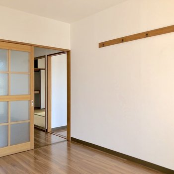 【洋室①】こちらの壁にはフック付きです。時計やコートも掛けておけます
