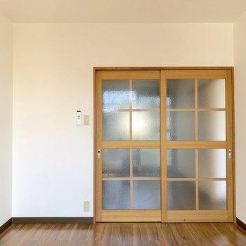 【洋室①】ドアはすりガラスになっているので、ダイニングまで光が差し込みます