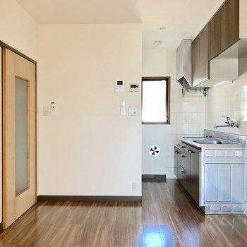 【DK】キッチンには小窓付きで換気も簡単にできますね