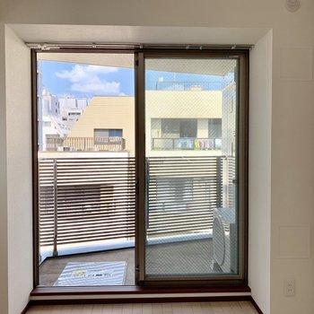 【洋室】バルコニーがあります※写真は6階の同間取り別部屋のものです