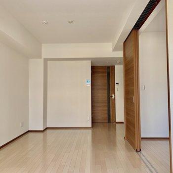 【LDK】木目調の扉がナチュラル※写真は6階の同間取り別部屋のものです