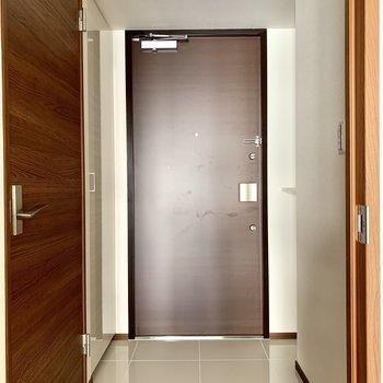 段差のない玄関です※写真は6階の同間取り別部屋のものです