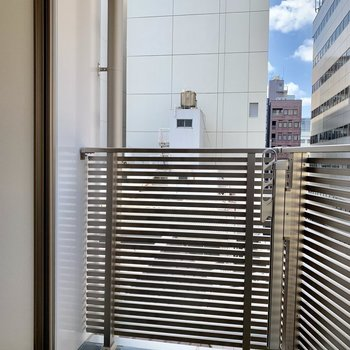 ステンレスがカッコいいバルコニー※写真は6階の同間取り別部屋のものです