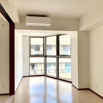 【LDK】窓を開ければ心地良い風が入ってきます※写真は6階の同間取り別部屋のものです