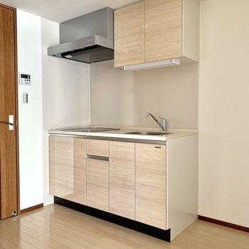 【LDK】優しい色のキッチン隣に冷蔵庫が置けます※写真は6階の同間取り別部屋のものです
