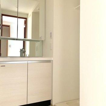 美しい洗面台の隣に洗濯機置場があります※写真は6階の同間取り別部屋のものです