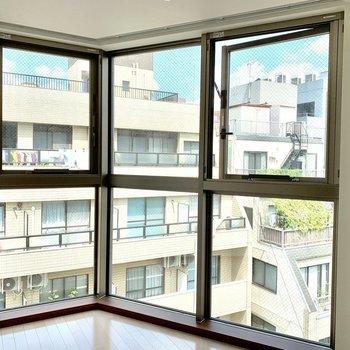【LDK】3つの窓で開放感※写真は6階の同間取り別部屋のものです
