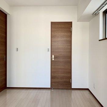 【洋室】収納はこちらのみ※写真は6階の同間取り別部屋のものです