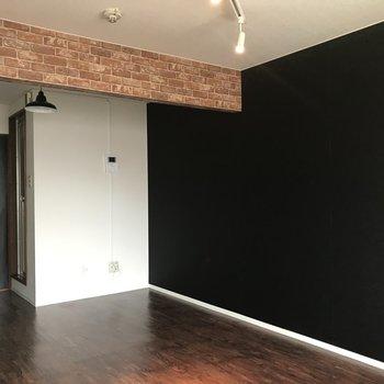 壁が一面黒いとお部屋全体が引き締まりますね、、