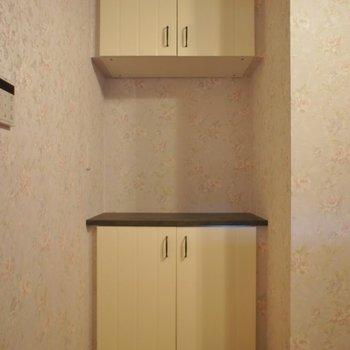 キッチン後ろに可愛い棚が。