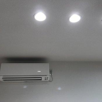 エアコンは1階と2階部分に 照明もおしゃれ