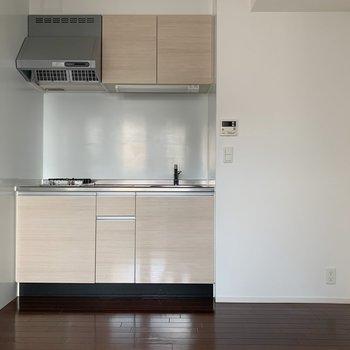 冷蔵庫どこへ置こう。右側に置くなら要採寸かも。