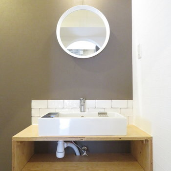 丸い鏡が特徴の洗面台