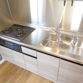 キッチンは使いやすい3口コンロのシステムキッチン
