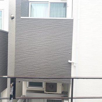 お向かいのアパートビュー。しっかりめのカーテンがいるかな