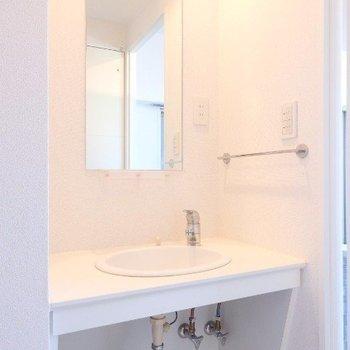 シンプルで可愛らしい洗面台♪  (※写真は6階の同間取り別部屋のものです)