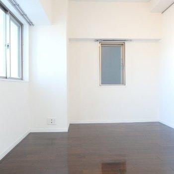 横のほうにも窓があります。 (※写真は6階の同間取り別部屋のものです)