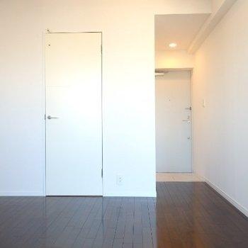奥が玄関、白い扉の中は脱衣所です。 (※写真は6階の同間取り別部屋のものです)