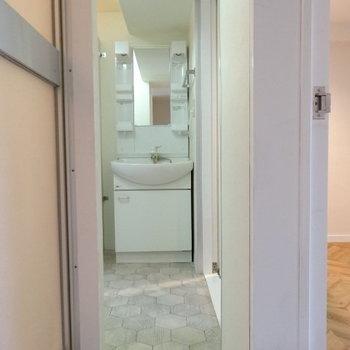 そして、右側の扉と繋がっていました〜!スッキリ洗面台。