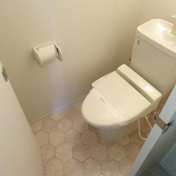 トイレでした!扉はレトロだけどウォシュレットも完備されてます。