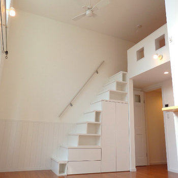 階段でロフトに上がれます(※写真は1階の反転間取り角部屋のものです)