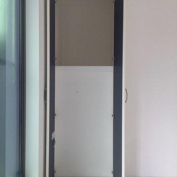 【洋室】窓側の収納は、上しか使えないみたいです。