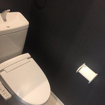 トイレは脱衣所の奥に。個室です。※写真はクリーニング前のものです