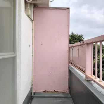 お部屋の1晩奥にあるバルコニーには、物干し竿を用意すれば洗濯物が干せます