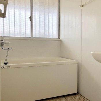 お風呂は少しレトロに。窓付きで換気もできちゃいます※写真は通電前のものです