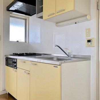 キッチンは柔らかい黄色。窓付きで換気も楽々です※写真は通電前のものです