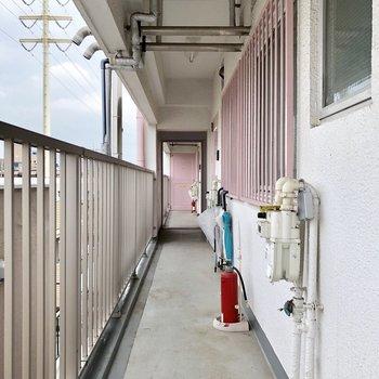 お部屋ドアを背中に廊下を撮ってみました。所々のピンクが可愛いですね