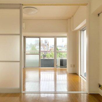 仕切りドアを開けると奥行きを感じます※写真は通電前のものです