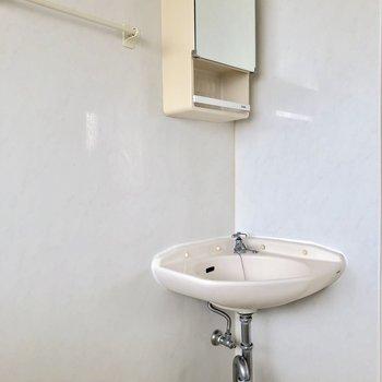 お風呂の隅っこには鏡付きの洗面台があります※写真は通電前のものです