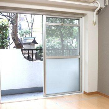 【洋室2】右側の壁はグレーのアクセントクロス