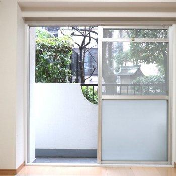 【洋室2】正面の大きな窓から明るい日差しが入ります