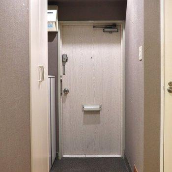 木目柄で重量感ある玄関