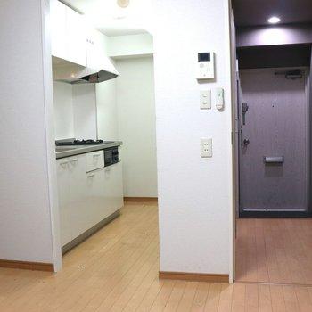 【DK】左がキッチンで右が玄関