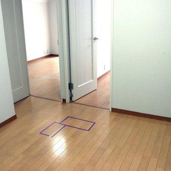 【DK】キッチン側から見ると右の入口が洋室1、左が洋室2