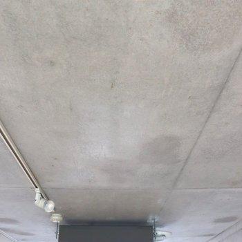 天井も打ちっ放し。中央はエアコン