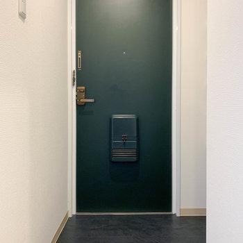ダークグリーンの扉もかわいいな。