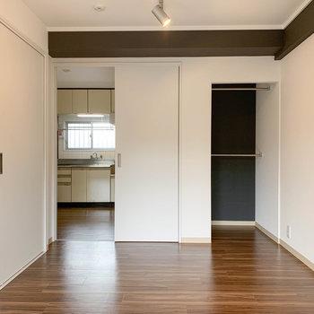 【洋室2】窓側から見ると。こちらの洋室には、オープンクローゼットが。