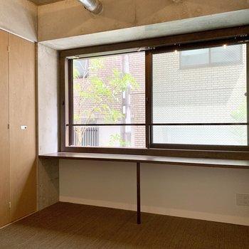【洋室】椅子を置いてここで作業も出来ます。