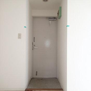 玄関は靴箱などはなく、ダイレクトでお部屋になります※写真は前回募集時のものです