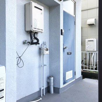洗濯機置き場は共用廊下部分に。